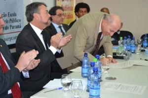 Procurador Geral de Justiça do Ministério Público do Paraná, Gilberto Giacoia, assina termo de criação do Núcleo de Promoção de Direitos Humanos da População em Situação de Rua.