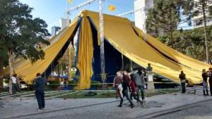 Circo da Democracia já está instalado na Praça Santos Andrade. (Foto: Flávia Rossito )