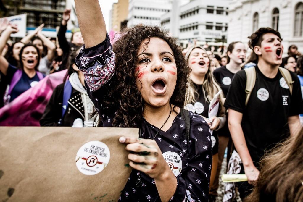 Na manhã desta quarta-feira (5), no Centro de Curitiba, os secundaristas realizaram um protesto junto com professores mobilizados pelo Sindicato dos Trabalhadores em Educação Pública do Paraná (APP-Sindicato). (Foto: Leandro Taques)